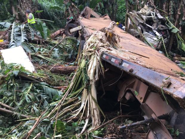 Caminhão caiu em barranco após batida (Foto: PRF/Divulgação)