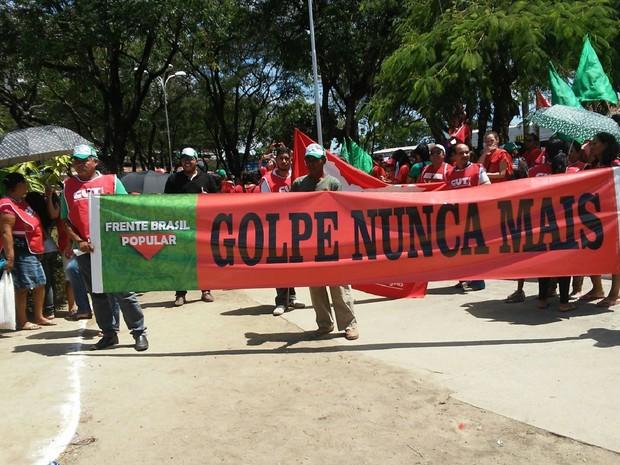 Manifestantes em Maceió levaram faixas em apoio à presidente Dilma (Foto: Lucas Leite/G1)