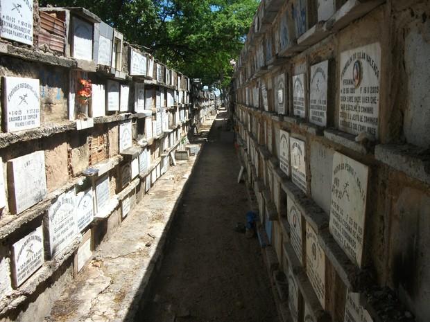 Caixas onde são colocados orçadas não atednem padrões e apresentam aberturas (Foto: Waldson Costa/G1)