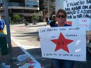 """A psicóloga Carlinda Martins foi para as ruas dizendo """"queremos um governo transparente"""". (Foto: Rebeca Nascimento/G1)"""