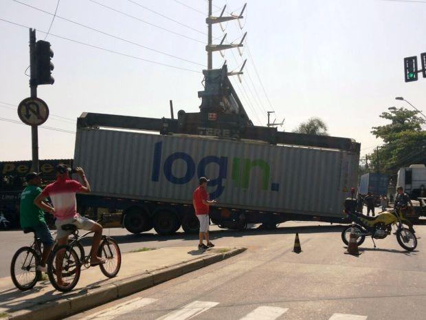 Avenida ficou bloqueada após acidente em Santos (Foto: Eliana Santos/Arquivo Pessoal)