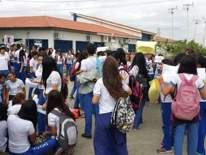 Alunos da UPE e da Escola de Aplicação paralisaram as atividades nesta terça-feira (11) (Foto: Amanda Franco / TV Grande Rio)