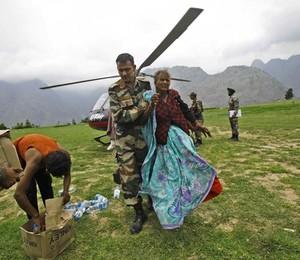 Enchente na Índia (Foto: AP Photo/Rafiq Maqbool)