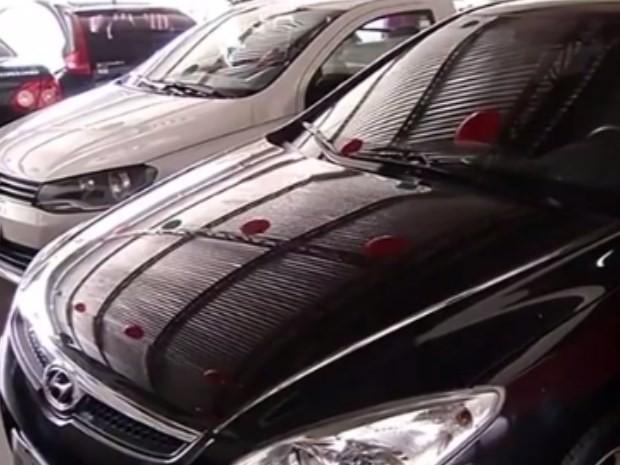 Comerciante denuncia que vítimas de golpes procuram por carros em garagem, em Itumbiara, Goiás (Foto: Reprodução/ TV Anhanguera)
