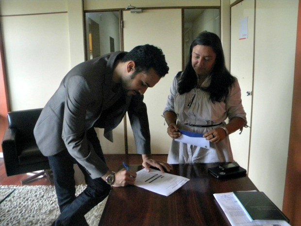 Ítalo Castro assina contrato para viagem aérea a Hong Kong (Foto: Divulgação/SEC-AM)