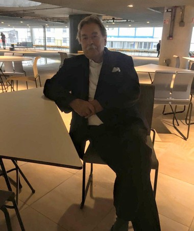 Paulo Mendes da Rocha e o mobiliário assinado por ele para o Sesc (Foto: Julyana Oliveira)
