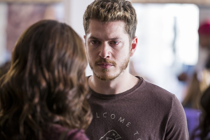 Alex fica furioso ao ver Júlia (Foto: Ellen Soares/Gshow)