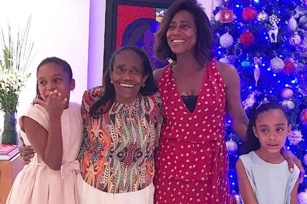 Gloria Maria com a mãe, e as filhas, Laura e Maria (Foto: Reprodução Instagram)