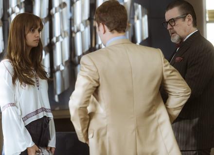 Alice questiona Arnaldo sobre morte de Renato