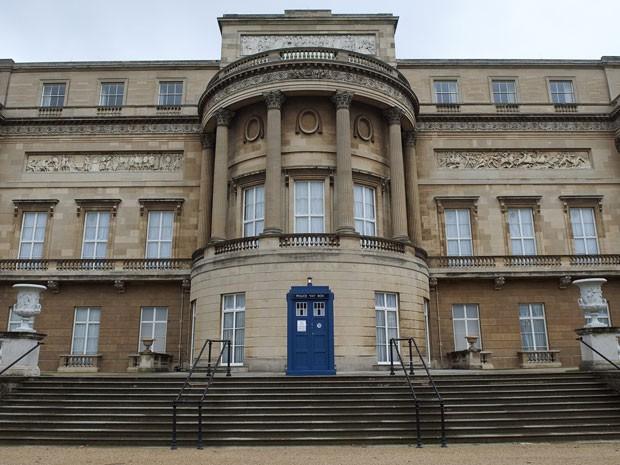 Uma réplica da Tardis é exibida na entrada do Palácio de Buckingham (Foto: Reuters/Eddie Mulholland)