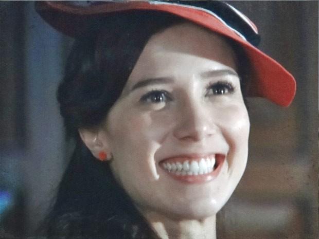 Laura, radiante depois de conseguir emprego (Foto: Lado a Lado/TV Globo)
