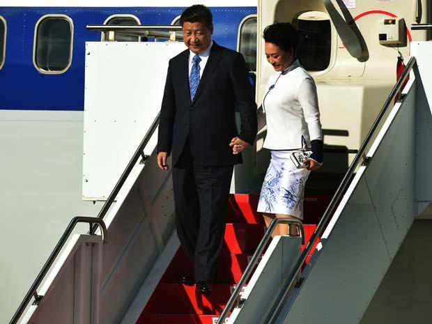 O presidente chinês Xi Jinping chega aos Estados Unidos nesta terça-feira (22) ao lado da mulher Peng Liyuan  (Foto: AFP PHOTO/MARK RALSTON)