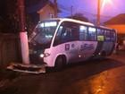 Motorista perde controle de coletivo e colide com poste em Santos, SP