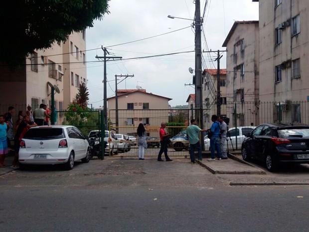 Três são achados mortos dentro de apartamento em Salvador (Foto: Natally Acioli/G1)