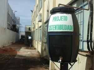 Através de um cano, água do ar-condicionado vai direto para os tambores (Foto: Manoel Barbosa/Divulgação)