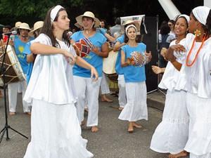 Em comemoração ao Dia da Consciência Negra, celebrado neste sábado (20), o Museu Afro Brasil promoveu um encontro de maracatus de baque virado. A apresentação começou às 13h e se estenderia até as 17h. Entre os grupos convidados, estão o Rochedo de Ouro ( (Foto: Rogério Santana/Divulgação Museu Afro Brasil)