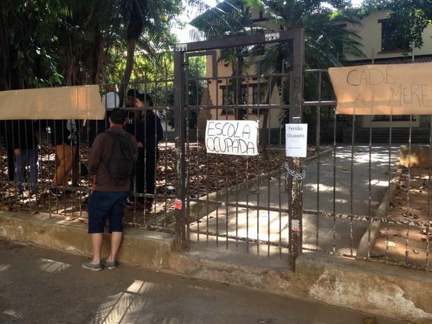 Escola estadual Fernão Dias foi ocupada por estudantes durante a madrugada em protesto contra a merenda (Foto: Amós Alexandre Wagner da Silva/G1)