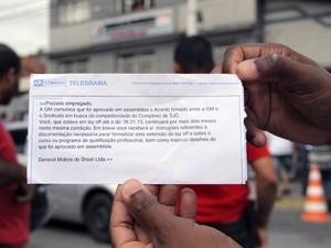 Metalúrgicos discutem e cobram sindicalistas por acordo com a GM (Foto: Carlos Santos/G1)