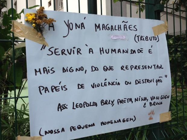 Fã fez questão de homenagear Yoná Magalhães com cartaz no local onde ela costumava passear (Foto: Kathia Mello/ G1)