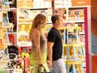 Luciano Huck e Angélica fazem compras em shopping