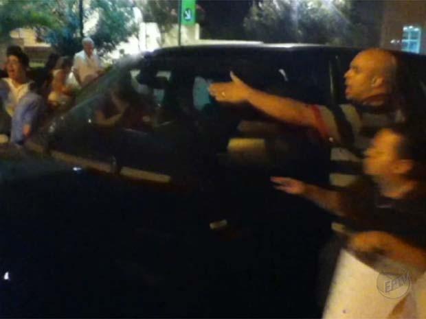 Imagens mostram quando empresário acelera e acerta manifestantes em avenida (Foto: Reprodução/EPTV)