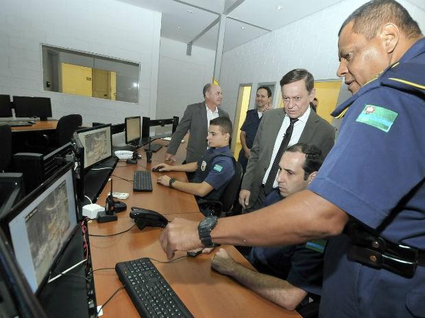 Prefeito Pedro Bigardi visita central de monitoramento da GM, referência para todo o País (Foto: Paulo Grégio)