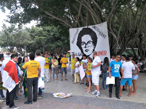 Manifestantes se reúnem em Manaus em ato contra Dilma e corrupção (Foto: Adneison Severiano/G1 AM)