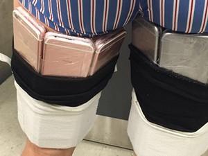 Iphones presos às pernas de viajantes foram presos (Foto: Divulgação/Receita)