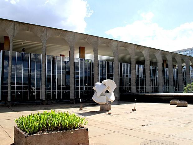 """Escultura """"Meteoro"""" em frente ao Palácio do Itamaraty, em Brasília, sem o espelho d'água (Foto: Vianey Bentes/TV Globo)"""