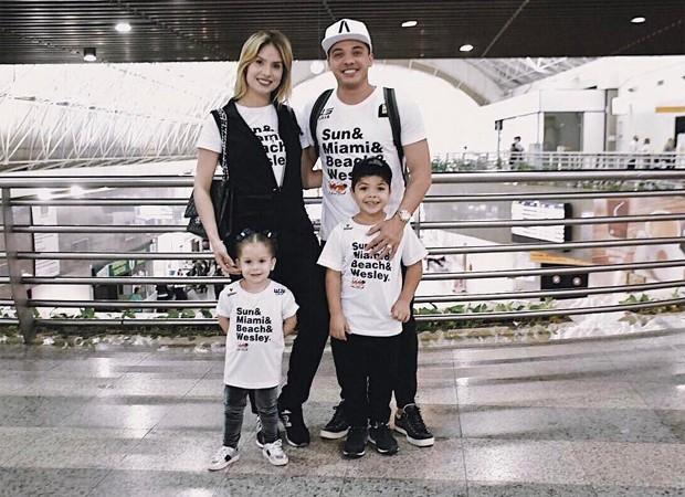 Wesley Safadão posa com a mulher, Thyane Dantas, e os filhos, Ysis e Yhudy (Foto: Reprodução/Twitter)