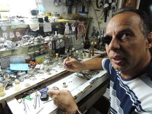 A loja Claudio Rodrigues chegou a ter qutro relojoeiros, hoje ele trabalha sozinho (Foto: Pedro Carlos Leite/G1)