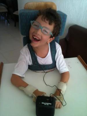 Pedro tem seis anos e sofre de doença raríssima (Foto: Karolina Cordeiro/Arquivo Pessoal)