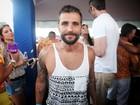 De regatinha, Bruno Gagliasso curte o carnaval de Recife