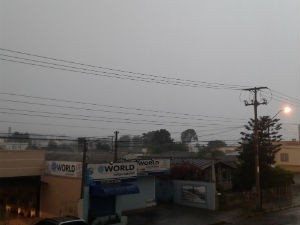 Em União da Vitória, o temporal escureceu a cidade por volta das 12h deste domingo (19) (Foto: Silvia Halabura/Na Hora Certa)