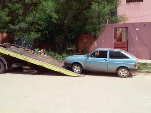 Carro do suspeito estava com pneu furado e foi guinchado (Foto: Davidson Fortunato/G1)