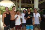 Em Bali, ex-campeão Luke Rockhold posa com o surfista Gabriel Medina