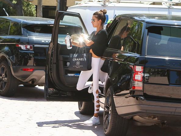 Alssandra Ambrosio arremata look fitness com bolsa Chanel (Foto: Getty Images)