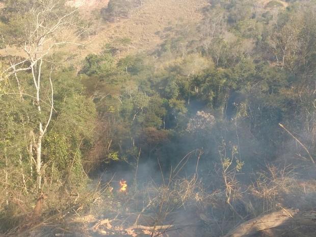 Carreta caiu em ribanceira às margens da RJ-160, em Cantagalo (Foto: 2ª Cia BPRv / Divulgação)