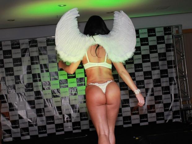 Rebeka Francys desfila sem calcinha no Miss Bumbum 2014 (Foto: Celso Tavares/ EGO)