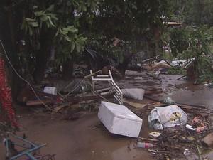 Caixa de isopor, brinquedos, bicicleta e até uma cadeira foram encontradas depois do temporal (Foto: Reprodução/TV Tribuna)