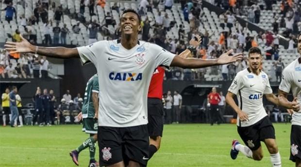 Jô, atacante do Corinthians: time paulista cresceu receita (Foto: Estadão Conteúdo)