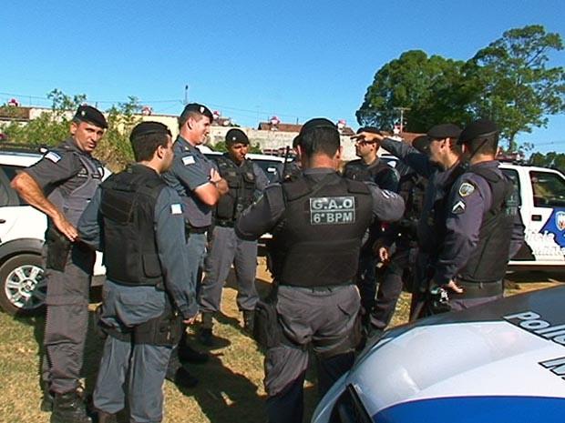 Policiais usaram helicóptero e cães farejadores para tentar capturar os suspeitos. (Foto: Reprodução/TV Gazeta)