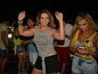 De shortinho, Carla Perez curte show de Xanddy no Carnatal