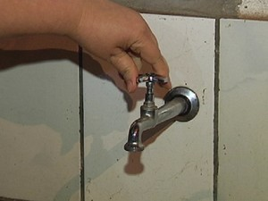 Moradora abre a torneira em casa, mas água não sai (Foto: Reprodução / TV Tem)