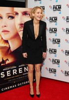 Jennifer Lawrence capricha no decote para lançar filme em Londres