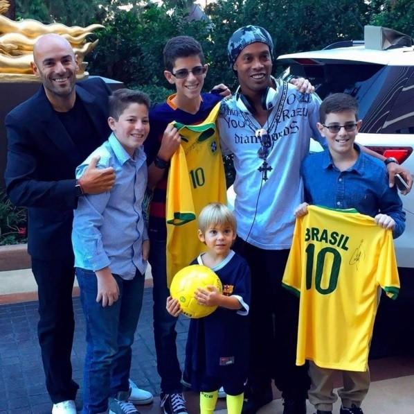 Ronaldinho Gaúcho com fãs