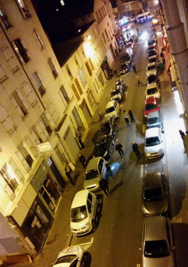 Foto de rede social mostra movimentação na rua do restaurante onde houve tiroteio (Foto: Reprodução/Twitter/odonata2000)