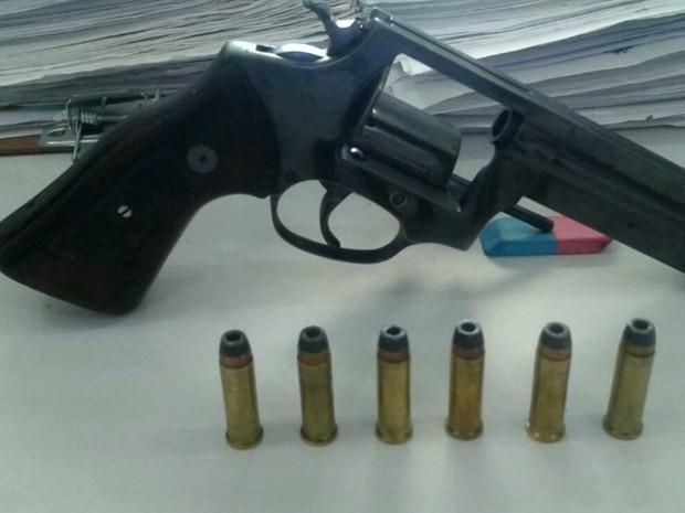 Arma de fogo encontrada com Rafael Carneiro da Silva Sobrinho na rodovia MA-127 (Foto: Reprodução/TV Mirante)