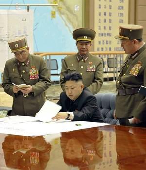 O líder norte-coreano, Kim Jong-un, reunido com militares de seu país (Foto: Agência EFE)