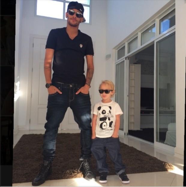 49b8d89dd587c Neymar posta foto todo estiloso de óculos escuro ao lado do filho ...
